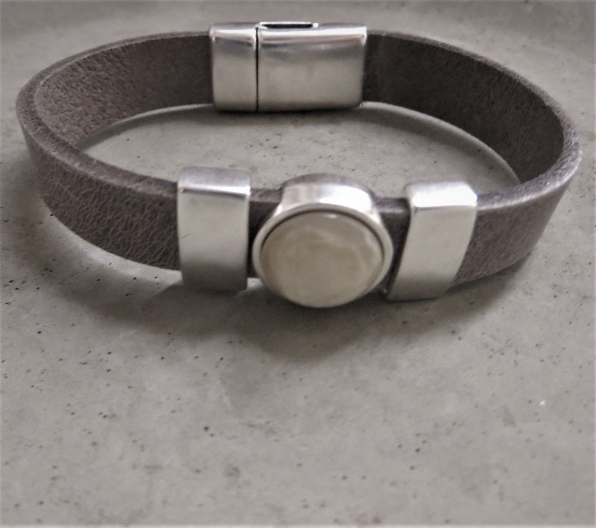 Armbaender - QOSS Armband KIM Grau Creme S  - Onlineshop Tante Emmer