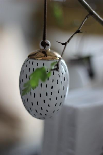 Oster-Ei Weiß, mit schwarzen Strichen