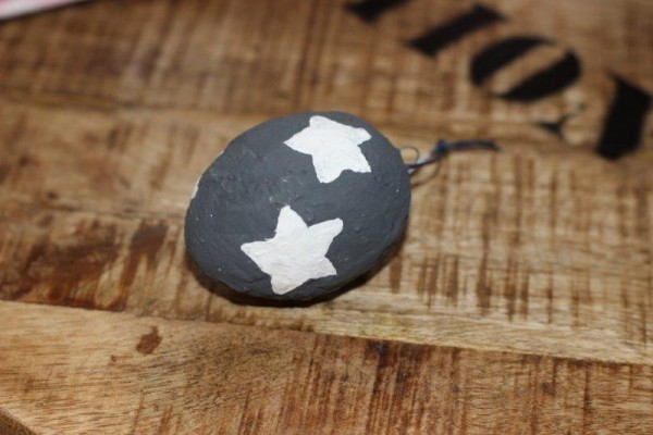 Osterei charcoal/ anthrazit mit weißen Sternen Tante Emmer