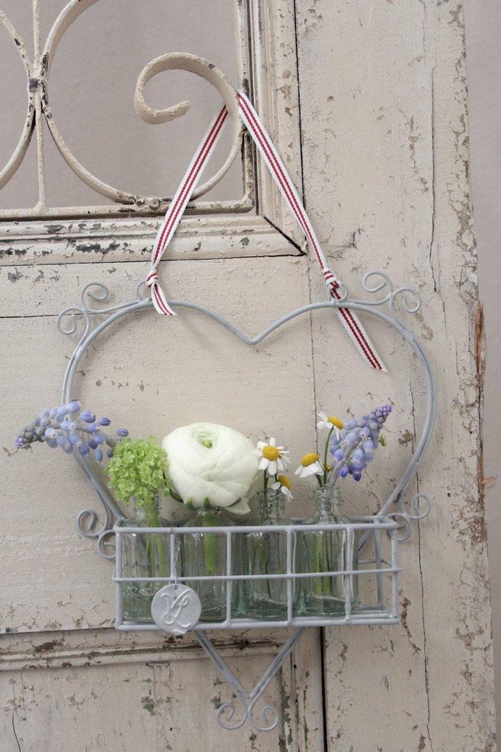 Herz mit Körbchen und vier kleinen Blumenvasenflaschen VL Home Collection