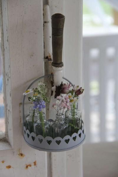 Kleines Körbchen/Halterung mit fünf kleinen Blumenvasen/flaschen VL Home Collection
