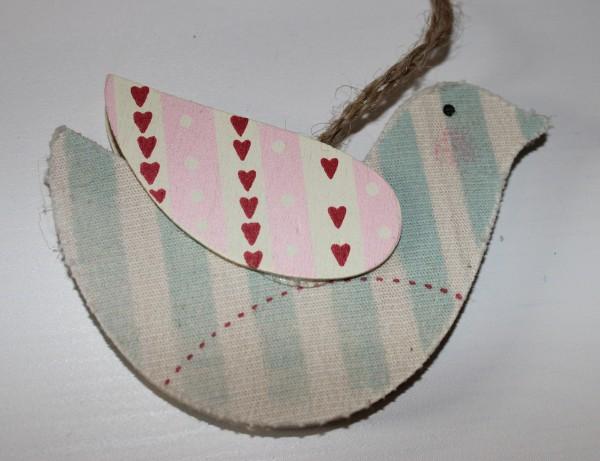 Vogel aus Holz mit Stoff beklebt, Flügel mit Farbe (rosa gestreift mit Herzen)