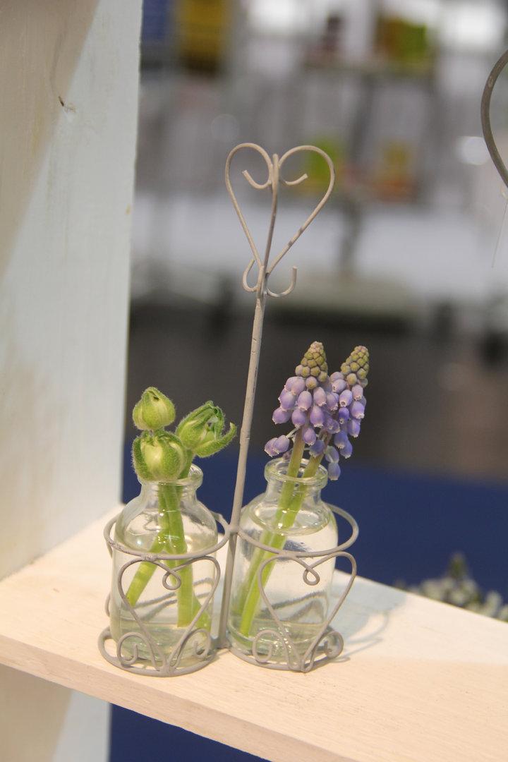 Halterung zwei kleine Körbchen mit zwei kleinen Blumenvasenflaschen VL Home Collection