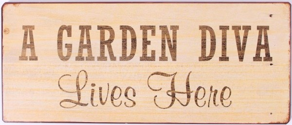 """Metall Schild """"A garden diva lives here"""""""