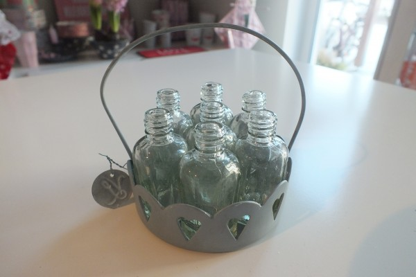 Kleines rundes Körbchen mit sieben kleinen Blumenvasen/flaschen VL Home Collection