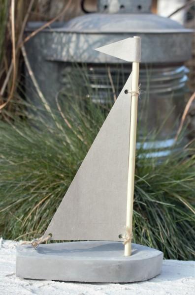 Boot aus Beton mit Papiersegel, klein