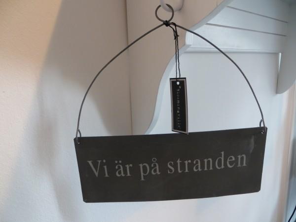 """Schild aus Metall mit Drahtaufhänger """"Vi är pa stranden"""""""