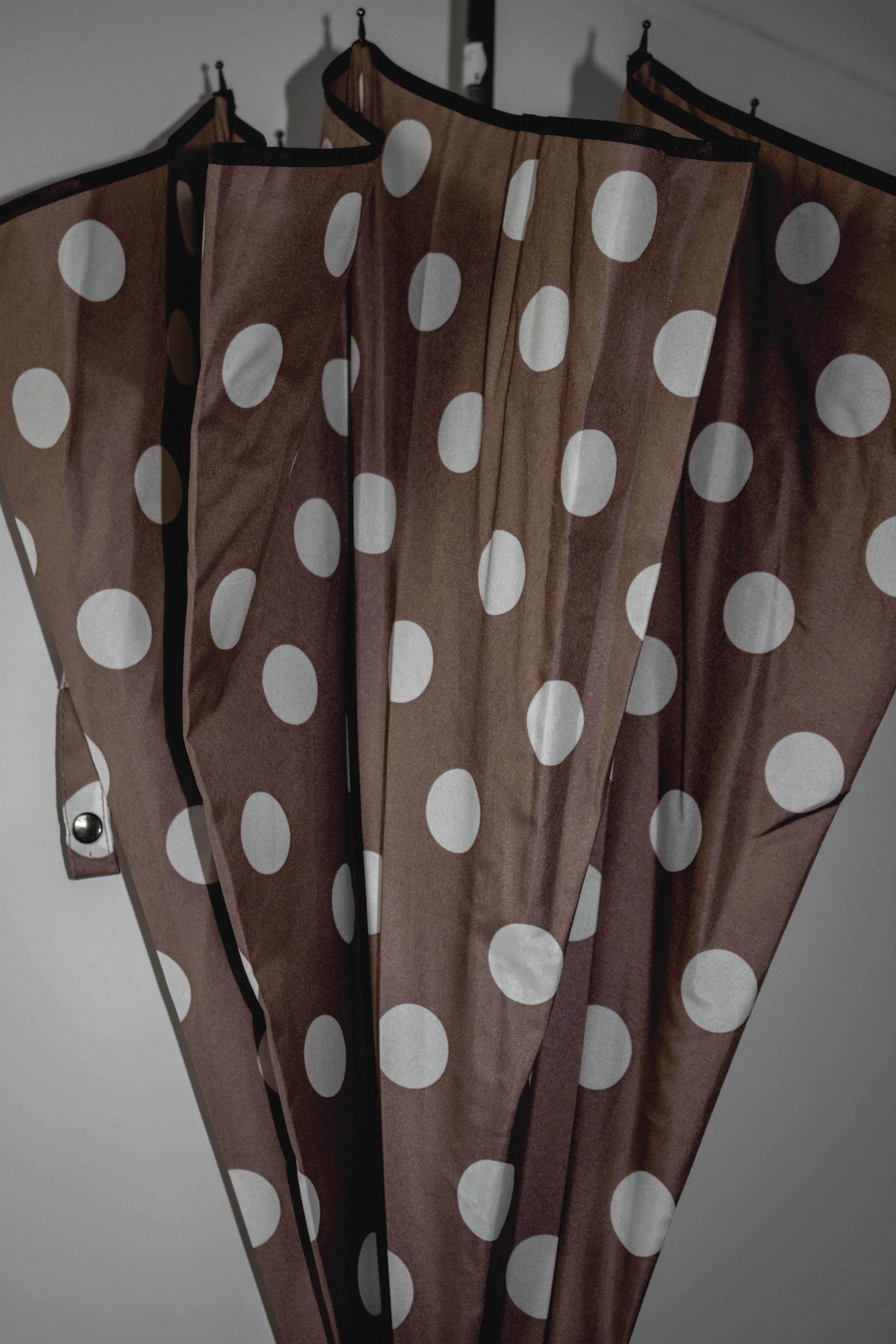 Regenschirme für Frauen - Regenschirm taupe mit weißen Punkten  - Onlineshop Tante Emmer