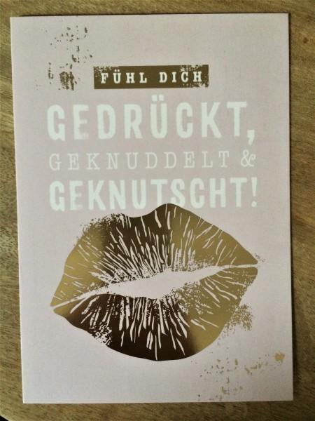 """Postkarte """"Fühl dich gedrückt, geknuddelt & geknutscht!"""""""
