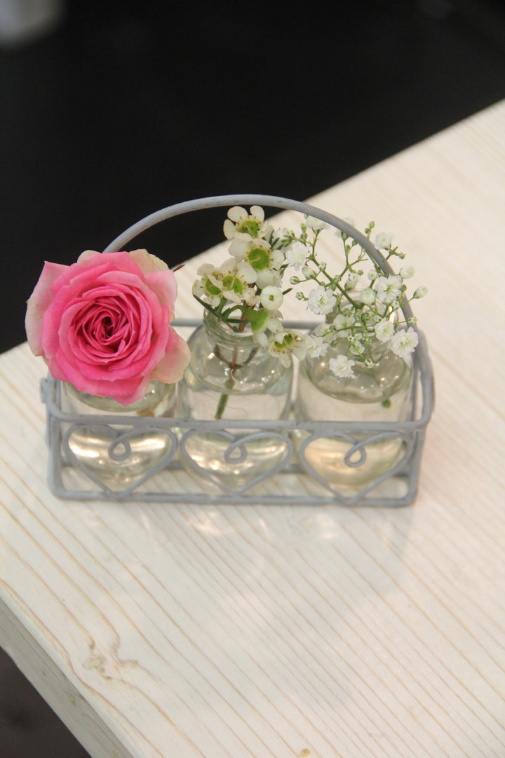 Kleines Körbchen mit drei kleinen Blumenvasenflaschen VL Home Collection