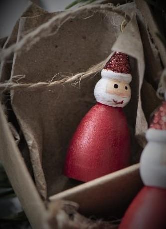 """Holz-Anhänger/ Tannenbaumschmuck """"Weihnachtsmann mit Glitterhut"""", handbemalt Ib Laursen"""