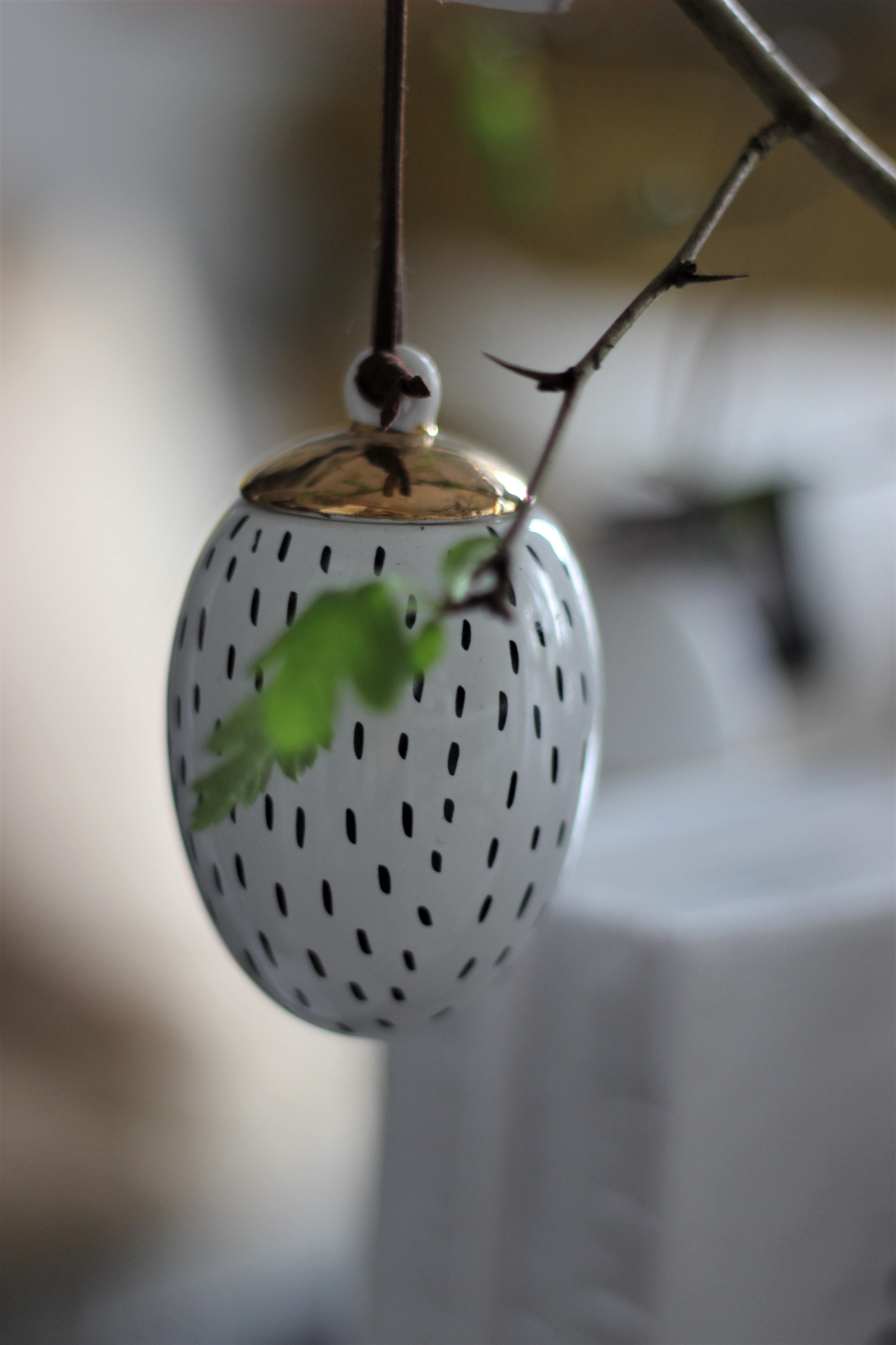 Oster Ei Weiß mit schwarzen Strichen