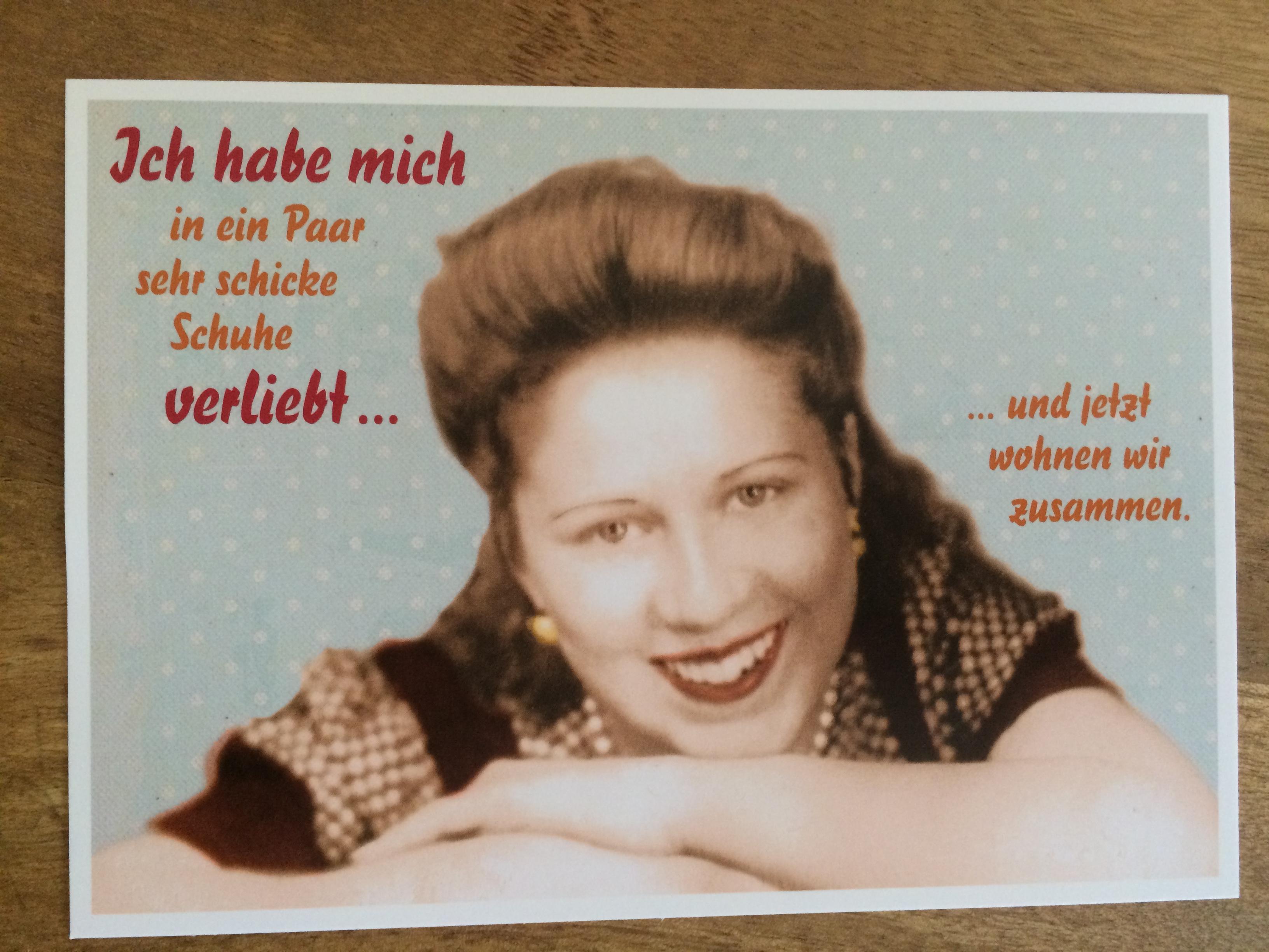 Nützlichgrusskarten - Postkarte Karte Ich habe mich in ein Paar sehr schicke Schuhe verliebt... ... und jetzt wohnen wi - Onlineshop Tante Emmer