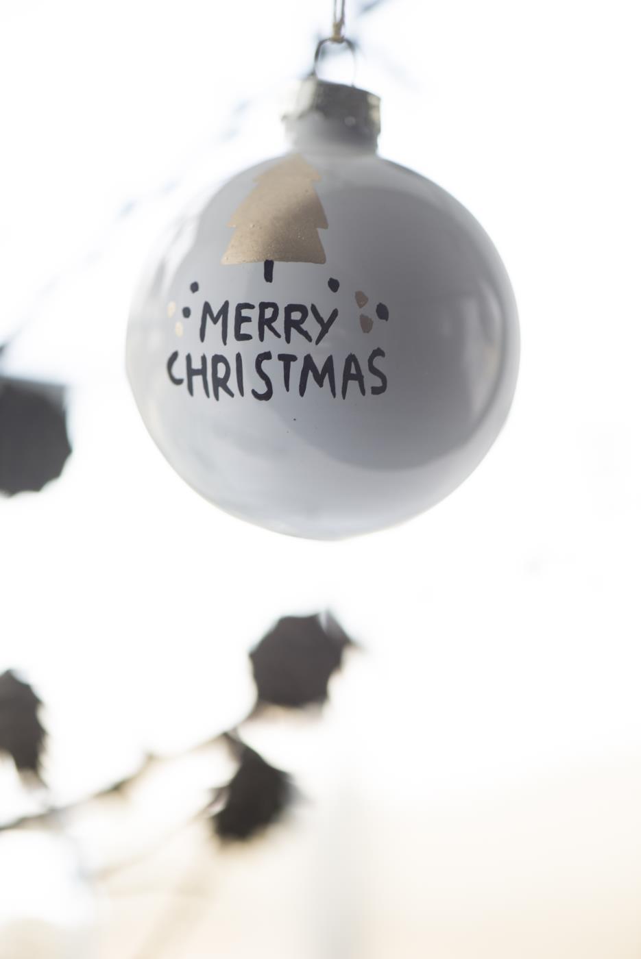 Weihnachtskugel Merry Christmas mit Baum 6cm