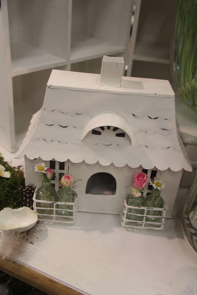 Haus mit Walmdach und Flaschen Blumenvasen