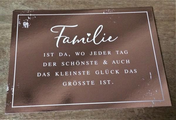 """Postkarte """"Familie ist da, wo jeder Tag der Schönste & auch das kleinste Glück das Grösste ist."""""""