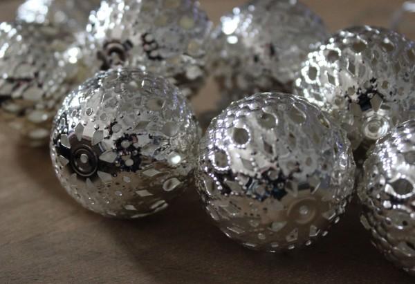 LED-LIchterkette mit 10 Silberkugeln (4 cm) aus Metall