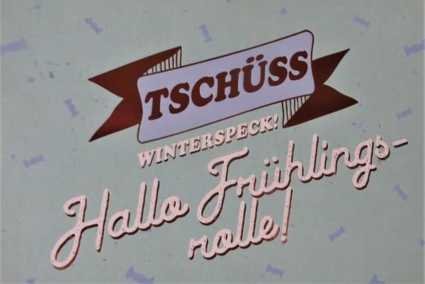 """Postkarte """"TSCHÜSS Winterspeck! Hallo Frühlingsrolle!*"""