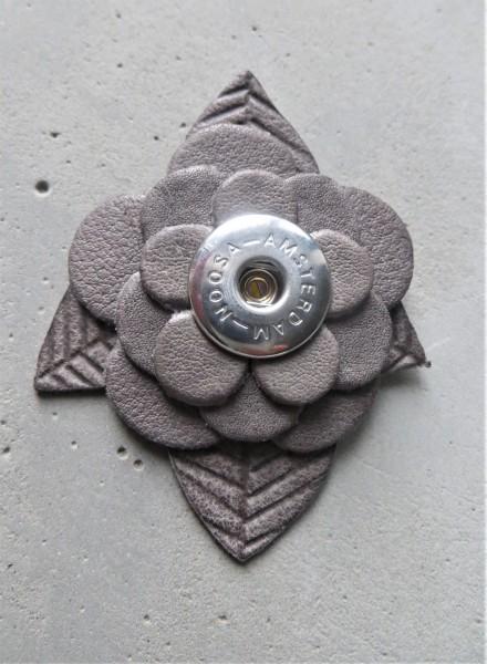 NOOSA Anhänger Blume grau