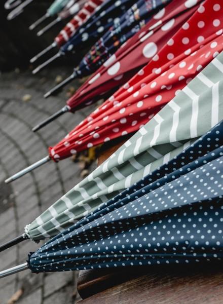 Regenschirm rosa mit weißen Punkten
