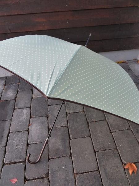 Regenschirm mint mit kleinen weißen Punkten