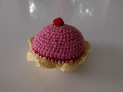Muffin / Cupcake rosa mit roter Kirsche La Finesse